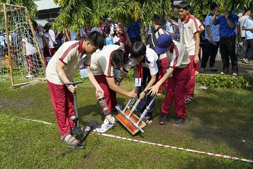 Học sinh đưa tên lửa nước vào khu vực thi đấu.