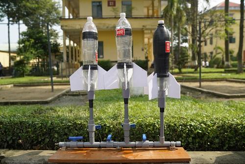 Tên lửa nước là một trò chơi quen thuộc với học sinh. Vật liệu để làm  tên lửa là từ chai nhựa, ống PVC và nước để làm lực đẩy bằng cách bơm áp  suất đẩy tên lửa nước bay xa. Ảnh: BTC.