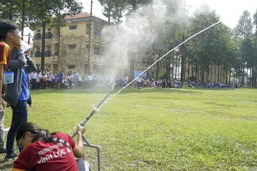 Tên lửa được phóng lên bằng lực đẩy của nước.