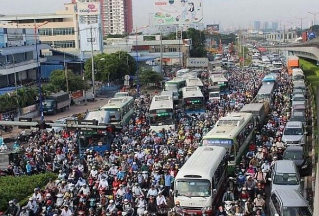 Ùn tắc giao thông là vấn đề bức xúc của người dân TP.HCM nhiều năm qua.