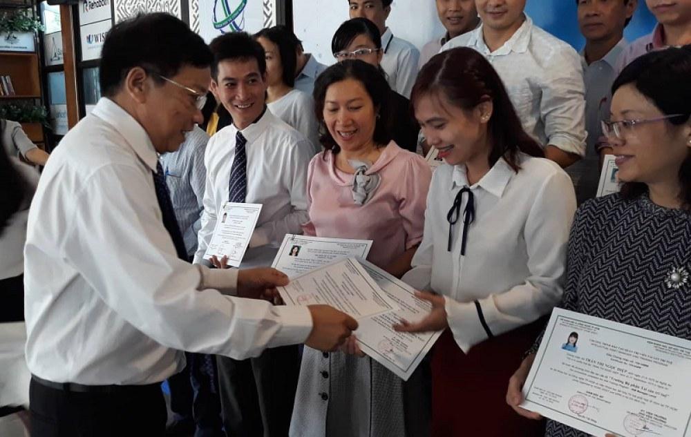 Ông Nguyễn Khắc Thanh trao giấy chứng nhận cho các học viên mới hoàn thành khóa học