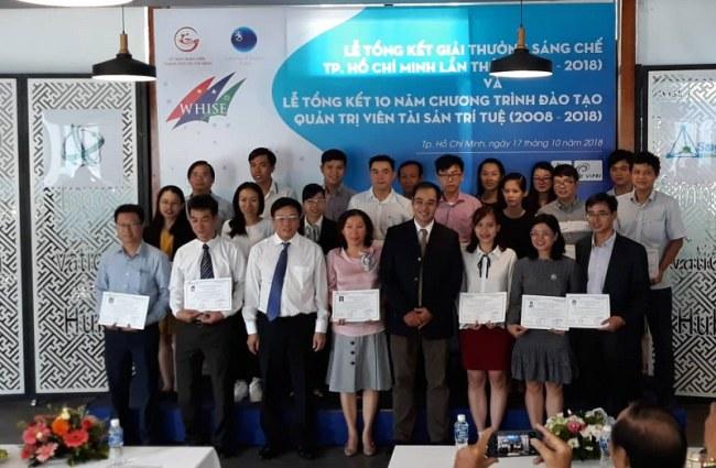 Tại lễ tổng kết, 28 học viên đã được cấp giấy chứng nhận củaChương trình đào tạo Quản trị viên TSTT TP.HCM