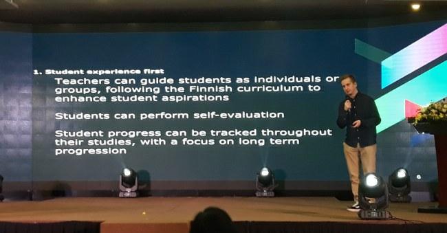 Ông Tuomas Oksanen, CEO Oksidia, trình bày về hệ thống phần mềm phục vụ giáo dục của công ty Oksidia