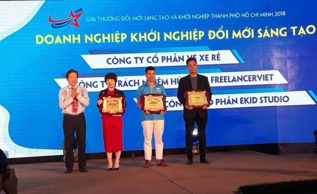 Ông Nguyễn Đông Phương,Phó Giám đốc Sở Công thương TP.HCM, traogiải  thưởng cho 3 doanh nghiệp khởi nghiệp đổi mới sáng tạo tiêu biểu 2018.
