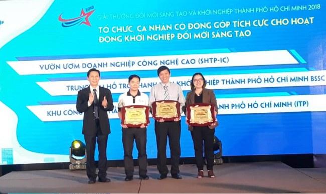 Ông Nguyễn Việt Dũng,Giám đốc Sở KH&CN, trao giải cho 3 tổ chức có  đóng góp tích cực cho hoạt động đổi mới sáng tạo và khởi nghiệp