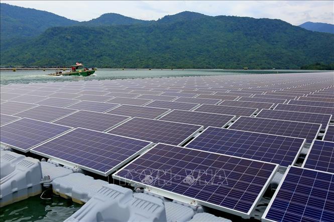 Nhà máy điện mặt trời nổi được xây dựng trên diện tích 57ha hồ thuỷ điện Đa Mi, thuộc địa bàn xã La Ngâu (huyện Tánh Linh) và các xã Đa Mi, La Dạ (huyện Hàm Thuận Bắc) của tỉnh Bình Thuận.