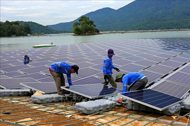 Triển khai lắp đặt những tấm pin mặt trời trên mặt hồ thuỷ điện Đa Mi.