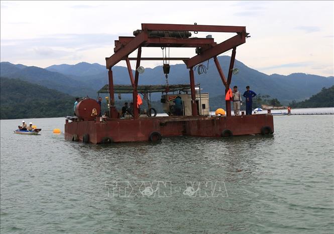 Thả thiết bị neo hệ thống phao chứa pin mặt trời của nhà máy điện mặt trời nổi trên hồ thuỷ điện Đa Mi.