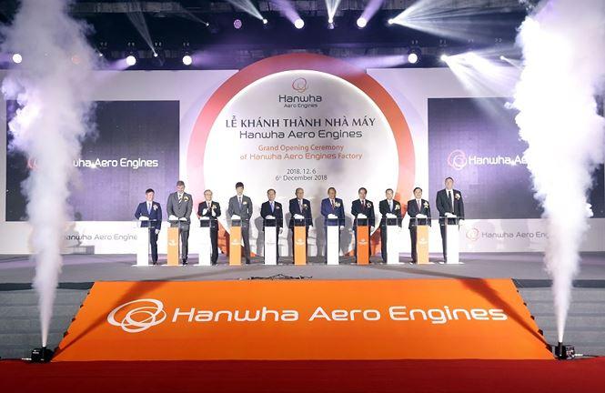 Phó Thủ tướng thường trực Trương Hòa Bình, Trưởng ban Kinh tế Trung ương Nguyễn Văn Bình cùng ông Kim Seung Yeon, Chủ tịch Tập đoàn Hanwha, Chủ đầu Nhà máy Hanwha Aero Engines và các quan khách ấn nút khánh thành Nhà máy sản xuất động cơ máy bay. Nhà máy được Ban Quản lý Khu Công nghệ cao Hòa Lạc cấp Giấy chứng nhận đăng ký đầu tư số 5450625833 vào ngày 07/7/2017 với tổng vốn đầu tư 200 triệu đô la Mỹ và khởi công xây dựng vào ngày 21/9/2017.