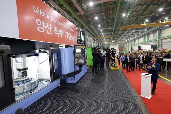 Phó Thủ tướng thường trực Trương Hòa Bình cùng ông Kim Seung Yeon, Chủ  tịch Tập đoàn Hanwha ấn nút khởi động sản xuất hàng loạt. Sau thời gian  xây dựng và lắp đặt máy móc thiết bị, vận hành thử, Nhà máy đã chính  thức khành thành đi vào sản xuất hàng loạt vào sáng qua (06/12/2018) và  dự kiến sẽ xuất xưởng sản phẩm đầu tiên vào tháng 1 năm 2019.