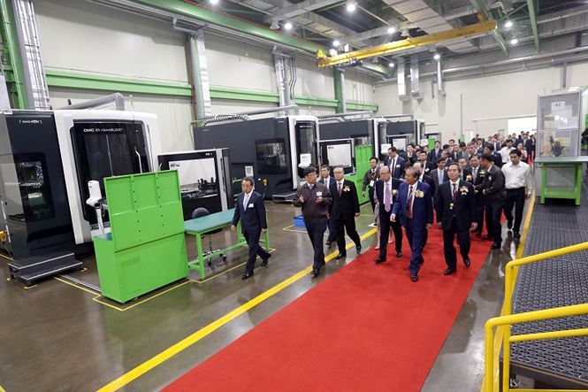 Các quan khách tham quan Nhà máy Hanwha Aero Engines.