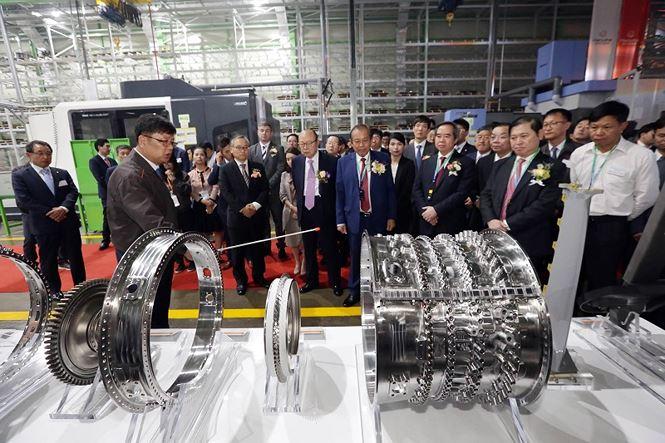 Các thiết bị hiện đại bên trong Nhà máy Hanwha Aero Engines được giới thiệu với quan khách.