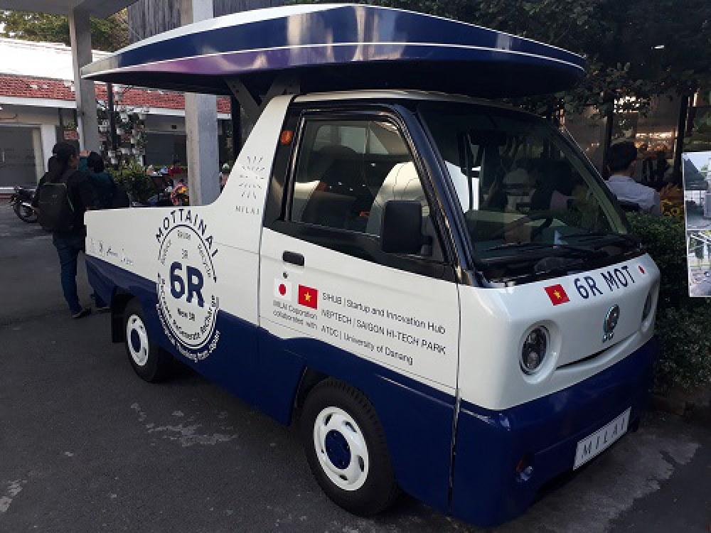 Xe trung chuyển rác được chạy bằng điện năng từ việc xử lý rác thải. Ảnh: Hà Thế An.