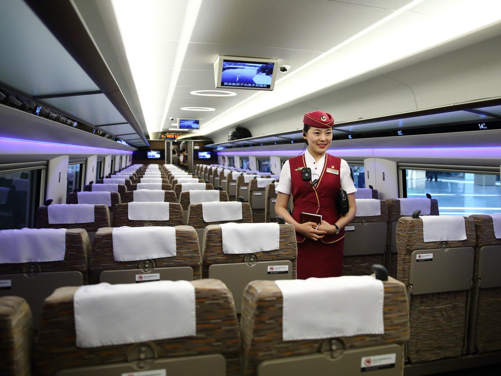 Tiếp viên trên tàu cao tốc TQ