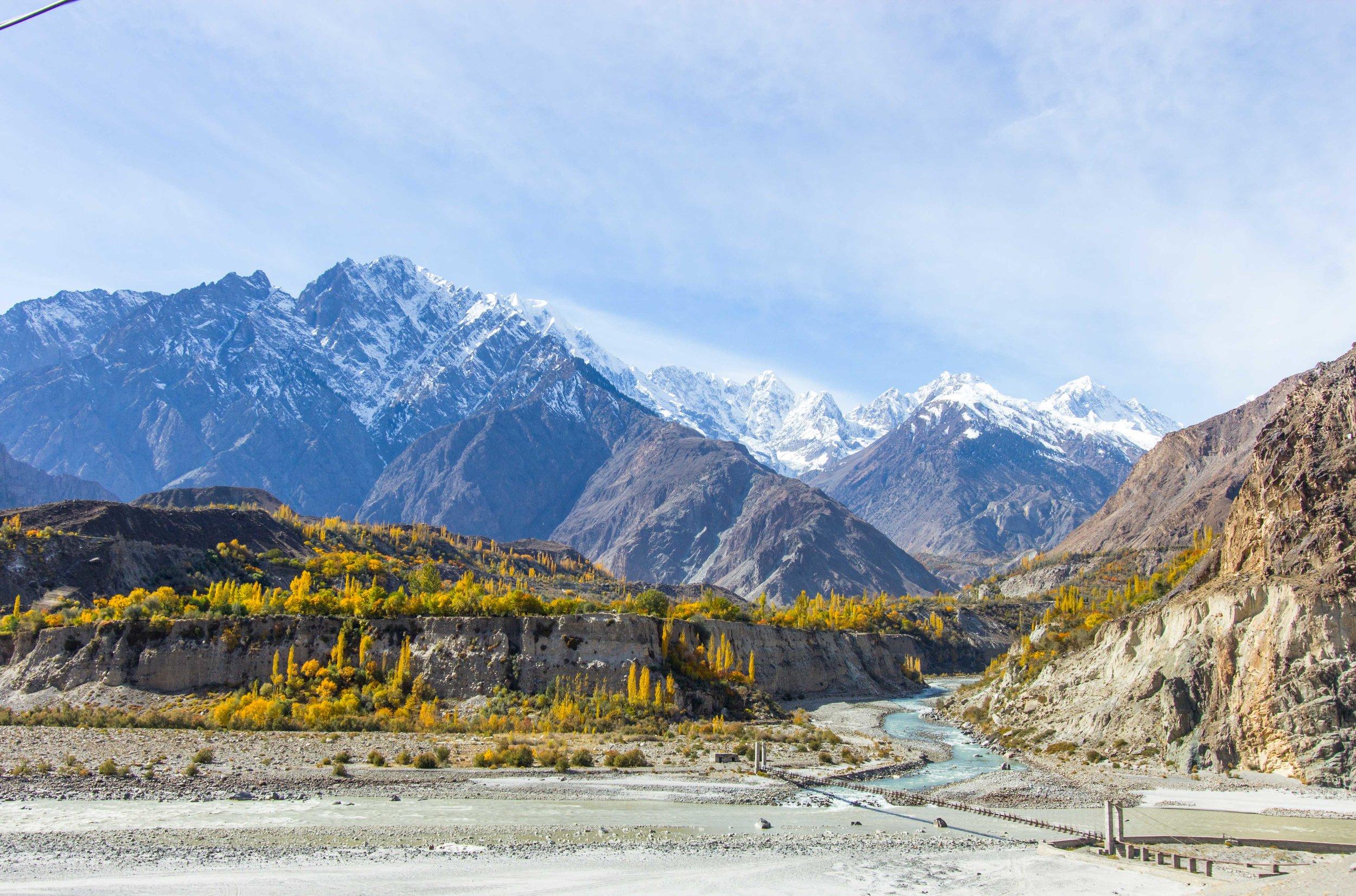 Thung lũng Hunza mùa thu đẹp ngất ngây với núi tuyết và lá vàng