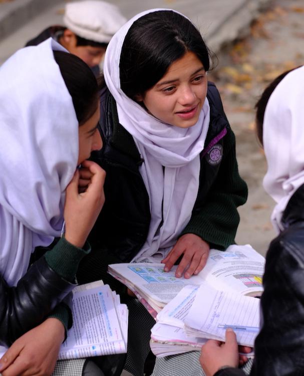 Trong giờ kiểm tra ở trường học làng Gulmit.JPG