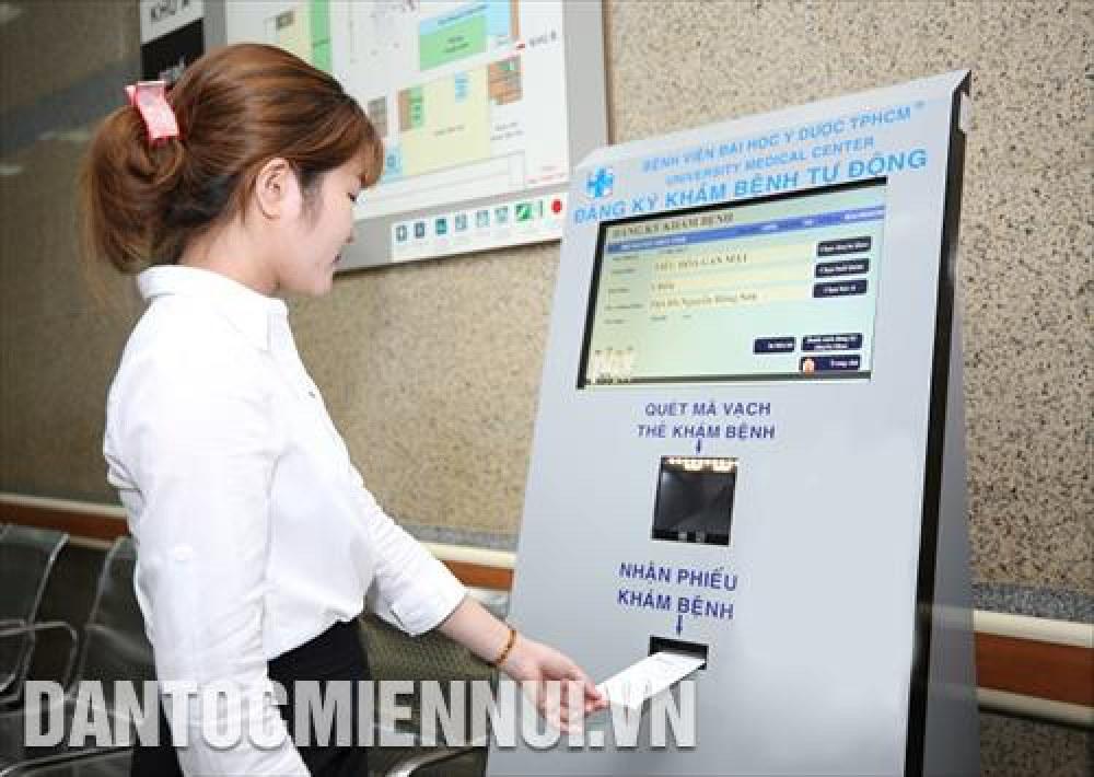 Đăng ký khám bệnh trực tuyến tại Bệnh viện Đại học Y dược Thành  phố Hồ Chí Minh bằng thiết bị điện thoại thông minh. Ảnh: Đinh Hằng