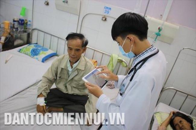 Bác sỹ Bệnh viện Quận Thủ Đức tra cứu lịch sử điều trị của bệnh nhân trên máy tính bảng. Ảnh: Đinh Hằng