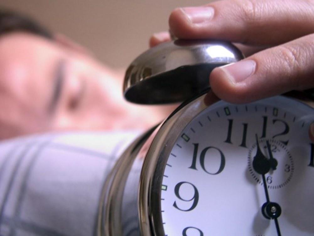 Nguồn phát xung điện từ tần số 1-40 Hz đặt trong chiếc đồng hồ báo thức nhỏ có thể kiểm soát giấc ngủ. Ảnh minh họa. (Nguồn: Yahoo News)