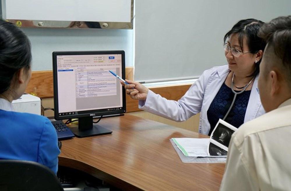 Bác sĩ xem bệnh án điện tử để điều trị cho bệnh nhân tại Bệnh viện Đại học Y Dược TPHCM. Ảnh: HOÀNG HÙNG