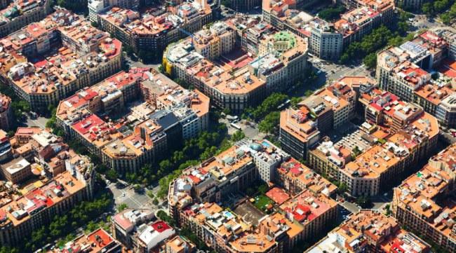 Barcelona thời tiền công nghệ nổi tiếng với lối quy hoạch đô thị thông minh, giờ đây thành phố này được biết đến với hệ thống vận hành đô thị thông minh giúp giải quyết được tối đa những vấn đề của một thành phố hiện đại. Ảnh: Digital Trends.