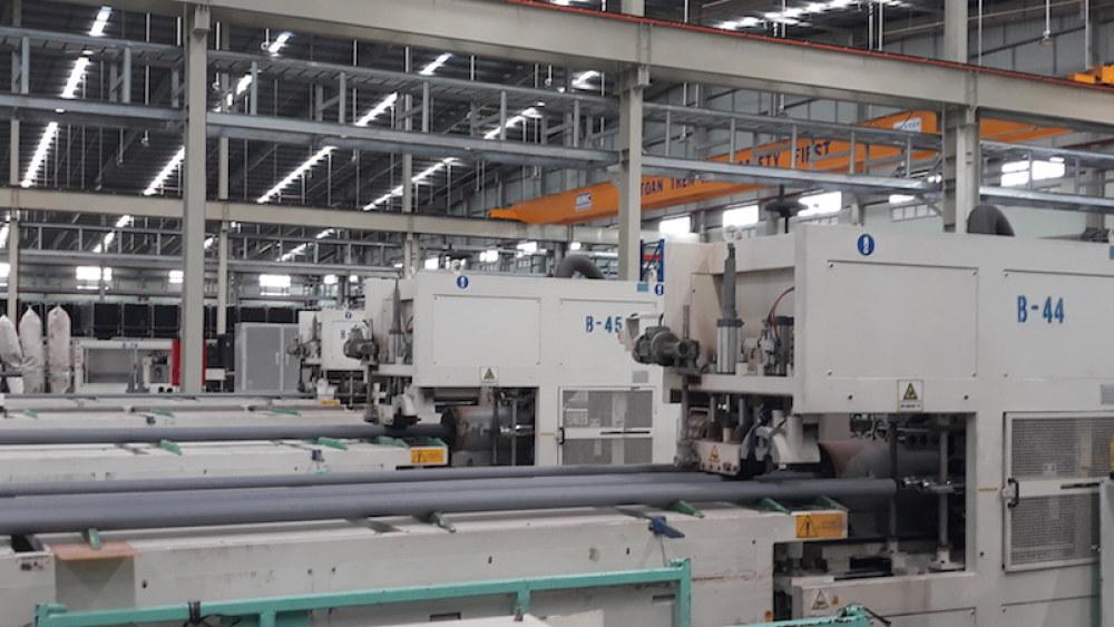 Nhà máy với hệ thống thiết bị hiện đại, tự động hóa cao.