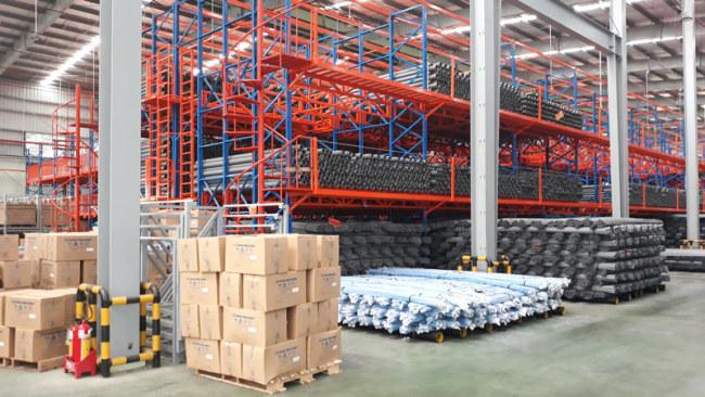 Nguyên liệu, thành phẩm trong nhà xưởng được bố trí khoa học để tối ưu hiệu quả sản xuất