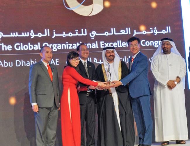 Đại diện Nhựa Bình Minh nhận giải World Class Award cho loại hình sản xuất lớn tại lễ trao Giải thưởng Chất lượng Quốc tế Châu Á - Thái Bình Dương GPEA 2018