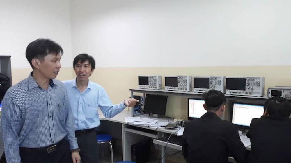 Ông Nguyễn Việt Dũng tham quan khu giảng dạy, học tập của khoa Điện - Điện tử thuộc trường ĐH Tôn Đức Thắng