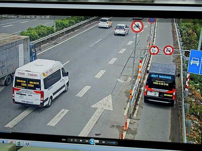 Hình ảnh ô tô chạy vào làn xe máy ở đường dẫn cao tốc Long Thành - Dầu Giây (hướng từ quận 2 về quận 9 được ghi nhận).