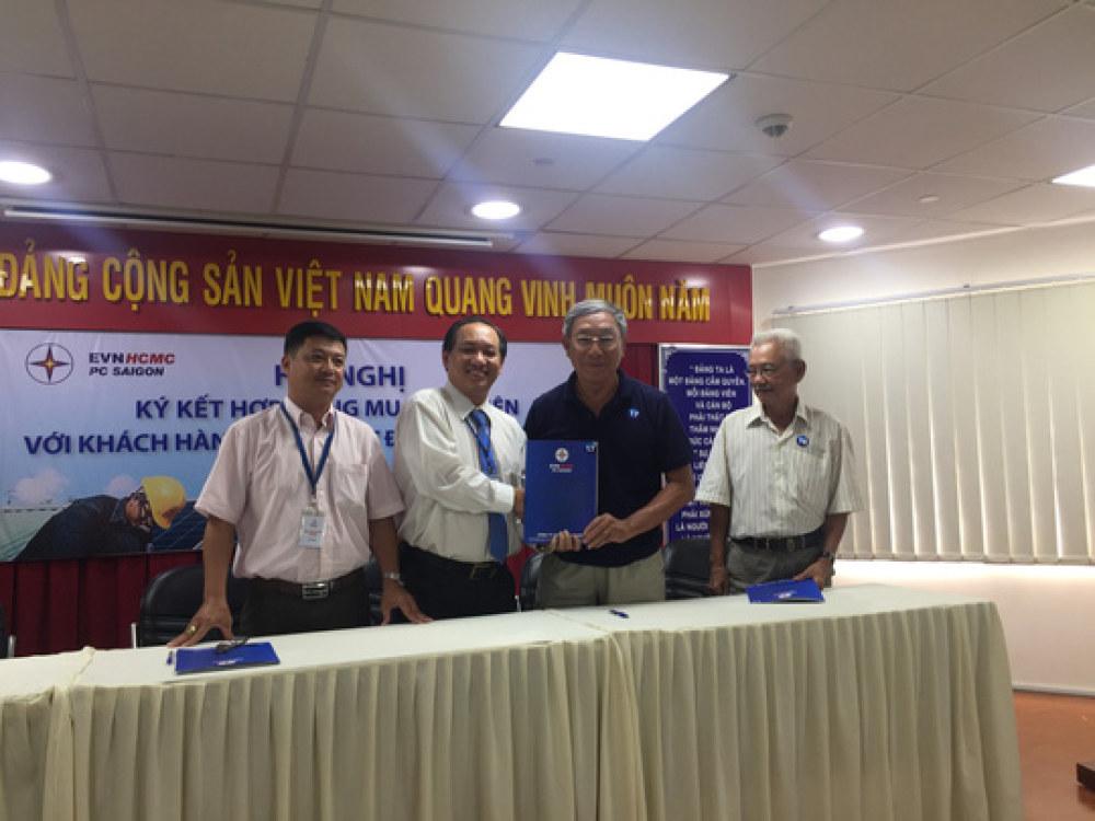 Đại diện Tổng Công ty Điện lực TP HCM ký hợp đồng mua bán điện với khách hàng sáng 25-4