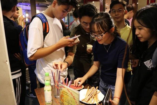 Các bạn trẻ thích thú khi trải nghiệm sản phẩm ống hút ăn liền