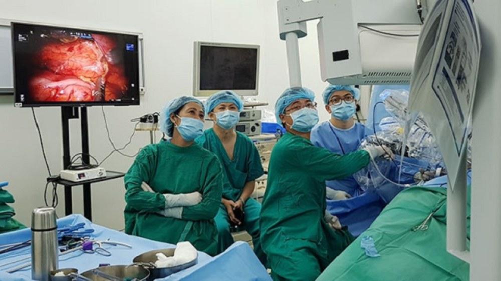 Các bác sĩ Bệnh viện Chợ Rẫy TP Hồ Chí Minh thực hiện ca mổ thận có sự hỗ trợ của robot