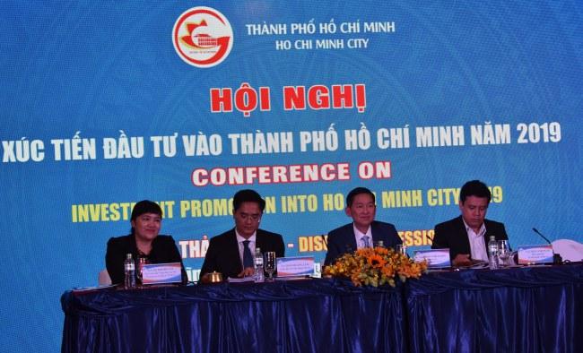 Phó Chủ tịch UBND TP Trần Vĩnh Tuyến điều hành phiên thảo luận