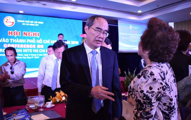 Bí thư Thành ủy TP HCM Nguyễn Thiện Nhân trao đổi với một nhà đầu tư