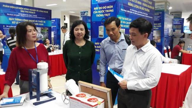 GS.TS Nguyễn Kỳ Phùng, Phó Giám đốc Sở KH&CN TP.HCM tham quan các gian hàng