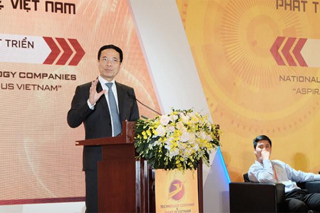 Bộ trưởng Bộ TT&TT Nguyễn Mạnh Hùng chia sẻ quan điểm với các diễn giả tại phiên thảo luận chiều 9/5. Ảnh: Trọng Đạt