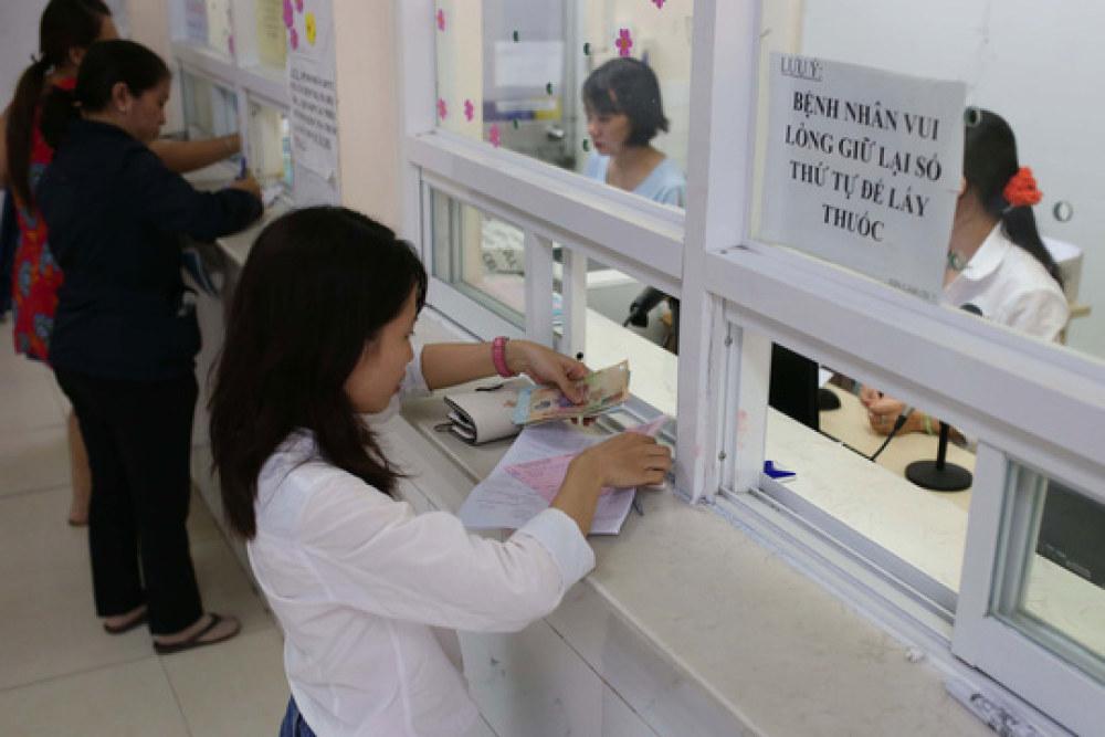 Việc thanh toán phí khám chữa bệnh bằng tiền mặt vẫn chiếm tỉ lệ áp đảo ở tất cả bệnh viện trên địa bàn TP HCM Ảnh: HOÀNG TRIỀU