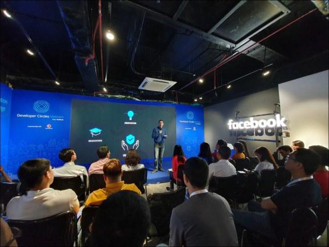 Ông Konstantinos Papamiltiadis, Giám đốc Toàn cầu về Chương trình và Đối tác Nhà phát triển của Facebook đang nói về chương trình Developers Circles.