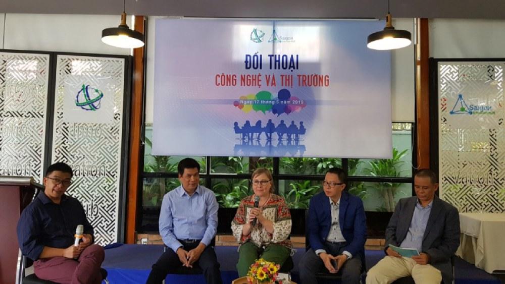 Ông Huỳnh Kim Tước, CEO SIHUB (thứ 2 từ trái sang) và bà Marianna Oehlers - Trưởng văn phòng Unicef tại TPHCM (ở giữa) cùng các khách mời tham gia buổi Đối thoại.