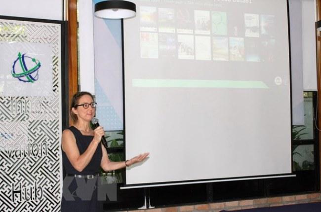 Tiến sỹ Lucy Cameron, Tư vấn nghiên cứu cao cấp của Data61 CSIRO  trao đổi về Báo cáo Tương lai nền kinh tế số Việt Nam hướng tới năm 2030  và 2045. (Ảnh: Tiến Lực/TTXVN)