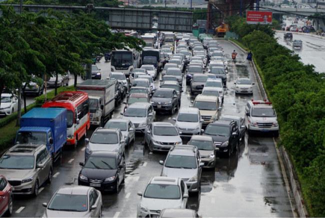 Từ lúc triển khai loại hình kinh doanh vận tải hành khách theo hợp đồng điện tử như Grab, Uber..., lượng ôtô con tại TP HCM tăng nhanh và nhiều ý kiến cũng lo ngại việc có thêm nhiều ứng dụng gọi xe kéo theo áp lực giao thông ngày cảng lớn