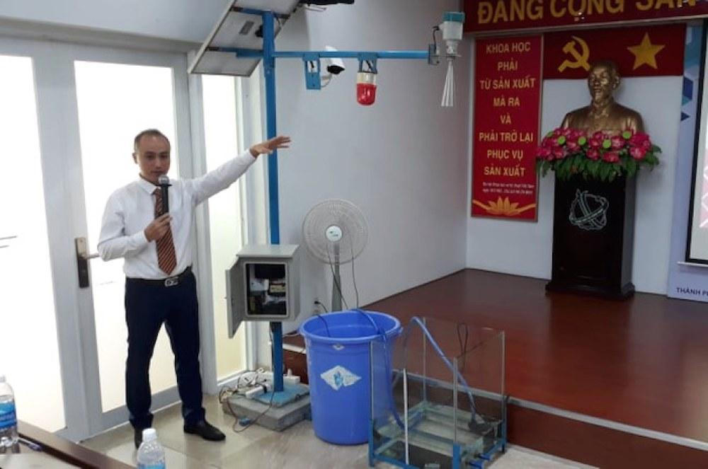 Tác giả Bùi Hữu Phú trình bày sản phẩm tại vòng chung kết cuộc thi