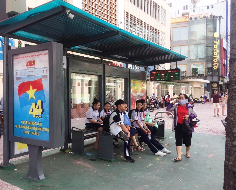 Nhà chờ xe buýt kiểu mẫu có camera an ninh, hệ thống điện năng lượng mặt trời, loa phát âm thanh...