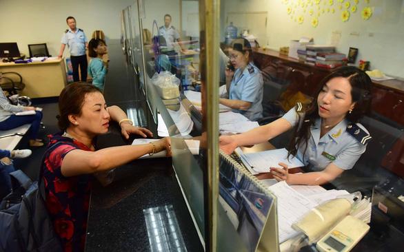 Doanh nghiệp làm thủ tục xuất nhập khẩu tại Chi cục Hải quan cửa khẩu quốc tế sân bay Tân Sơn Nhất - Ảnh: QUANG ĐỊNH
