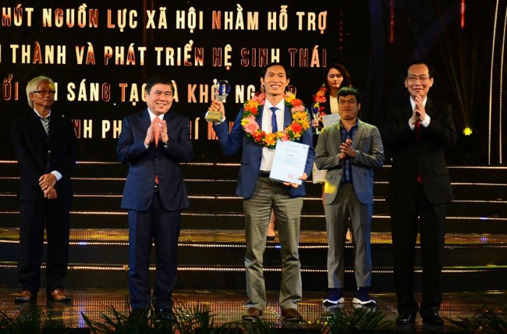 Ông Chu Bá Long, đại diện Sở Khoa học và Công nghệ TP.HCM nhận giải Ba, hạng mục khởi nghiệp sáng tạo. Ảnh: Hà Thế An.