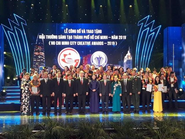 Phó Chủ tịch nước Đặng Thị Ngọc Thịnh và lãnh đạo TP chúc mừng các tác giả đoạt Giải thưởng Sáng tạo TP.HCM - năm 2019