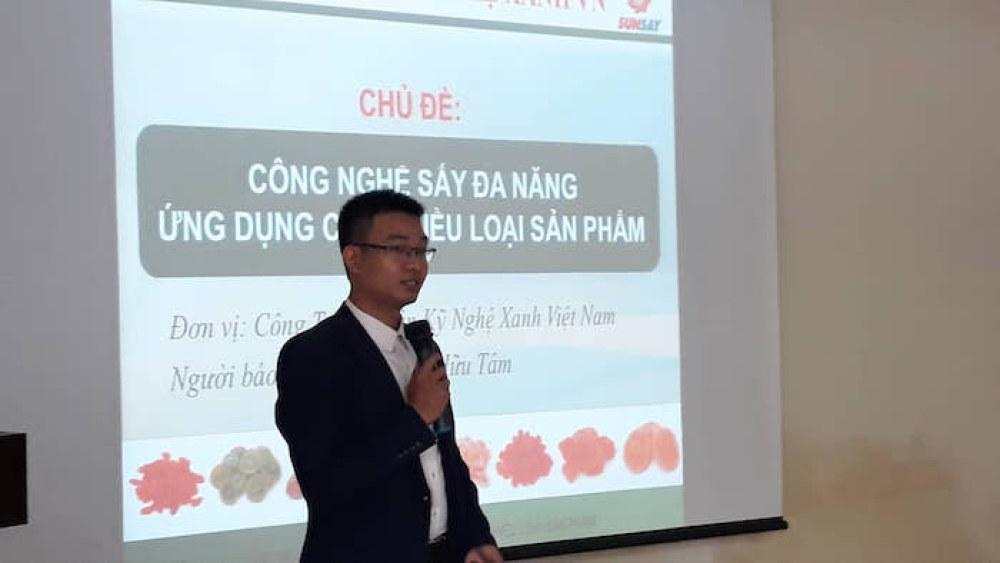 Ông Phạm Hữu Tâm, Giám đốc Công ty Cổ phần Kỹ Nghệ Xanh Việt Nam giới thiệu về giải pháp sấy đa năng.