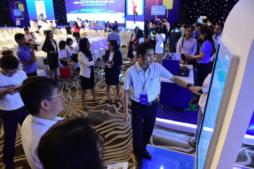 """Khách tham quan các gian hàng tại hội thảo """"Xã hội không tiền mặt: chính sách và thực tiễn tại Việt Nam"""" sáng 11-6 - Ảnh: QUANG ĐỊNH"""