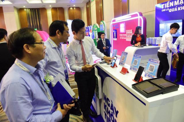 Khách tham dự trải nghiệm SacombankPay tại hội thảo - Ảnh: QUANG ĐỊNH